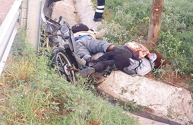Jóvenes mueren al chocar con su moto