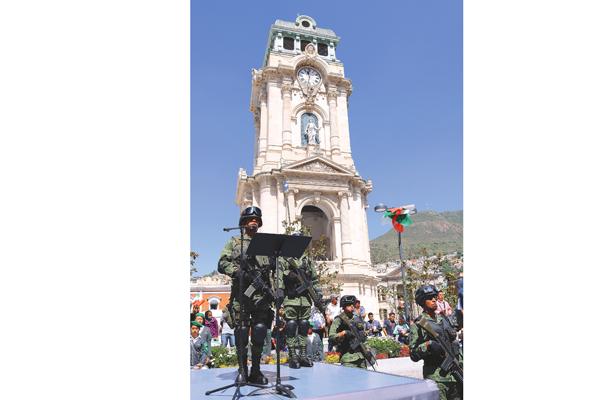 Vigoroso desfile militar y cívico presiden los titulares de los poderes de gobierno