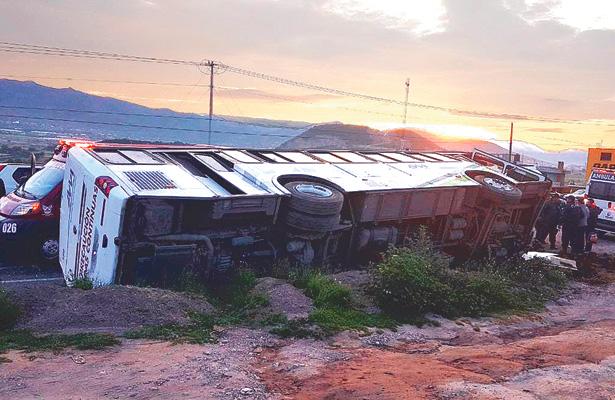 Volcó autobús; cinco pasajeros al hospital