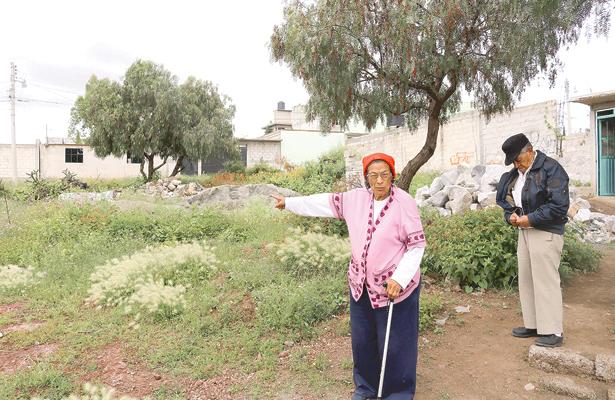 Mujer quiere dejar a ancianitos en la calle
