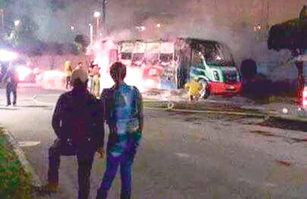 Prenden fuego a un autobús