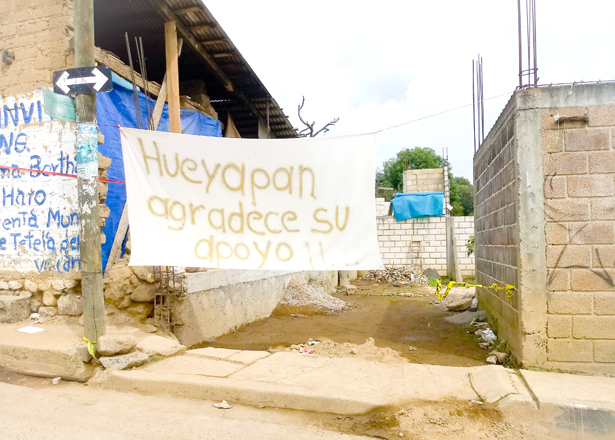 >> PRESENCIA. Con improvisada manta y sencillo mensaje reconocieron el apoyo que donaron los habitantes de Emiliano Zapata y sus autoridades. Foto: El Sol de Hidalgo.