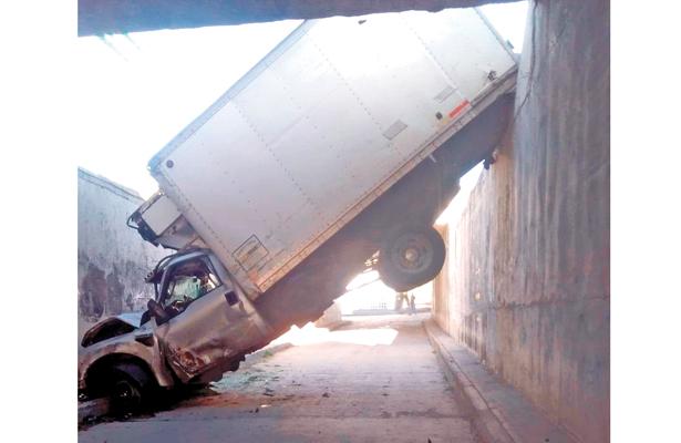 Destrozados dos camiones: uno acabó en profundo desagüe
