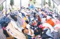 NIÑOS de Tecuanipa se han hecho de un campo de juegos improvisado sobre las montañas de ropa donada que se mantienen bajo un techado de lámina, donde estuviera la secundaria que cayó tras el sismo del 19 de septiembre. Foto: El Sol de Hidalgo.