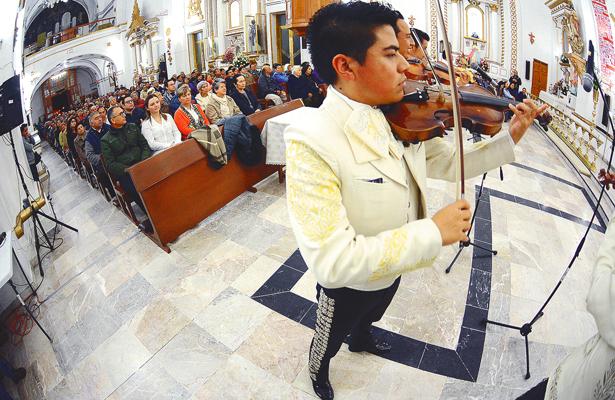 Mariachis cantan las mañanitas a San Francisco