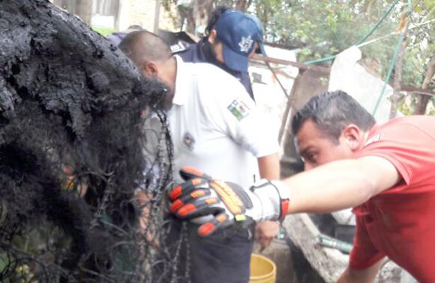 BOMBEROS de Apan, retiraron objetos inflamables de la vivienda para enfriarlos en el exterior. Foto: El Sol de Hidalgo.