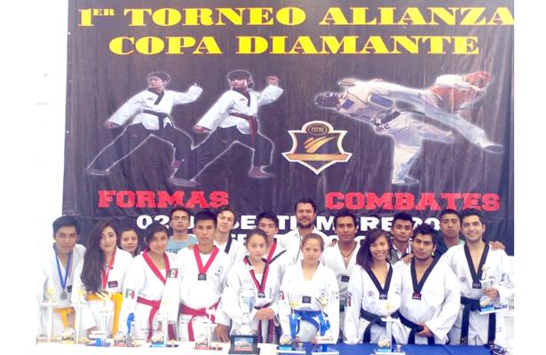 Acuden taekwondoínes a torneo en querétaro