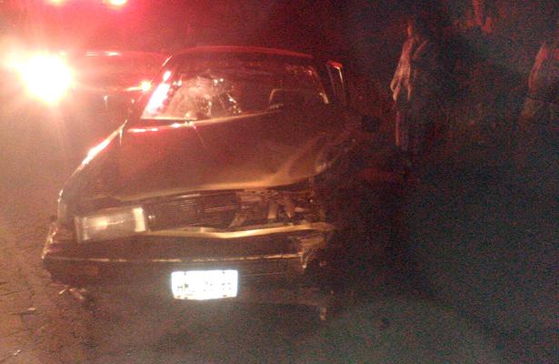 >> ASÍ QUEDÓ EL frente de este Nissan Tsuru, tras ser colapsado por un vehículo Renault Clío. Foto: El Sol de Hidalgo.