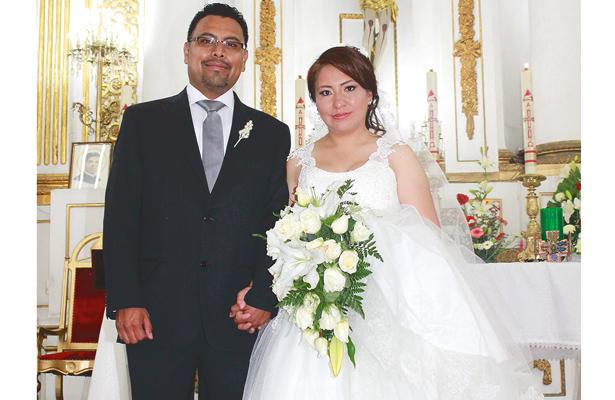 CARLOS Ávila Zúñiga y Beatriz Cruz Ángeles, felices recién casados. Foto: El Sol de Hidalgo.