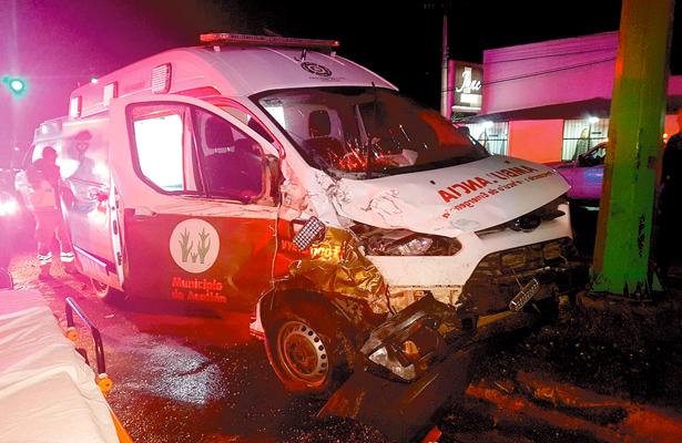 Ambulancia choca contra patrulla