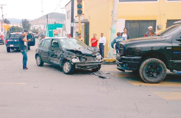 Patrulla se pasó el alto y arrolla pequeño auto en Santa Julia; al MP