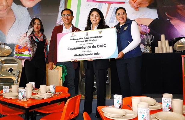 Victoria Ruffo entregó apoyos en Pachuca