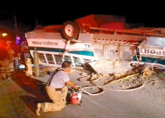 Murieron 7 al volcar camión