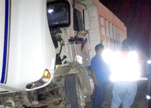 LA LOCOMOTORA impactó el lateral del pesado camión.  Foto: El Sol de Hidalgo.