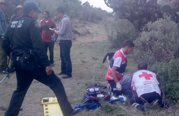 DEBIDO A LO sinuoso del camino, el oficial, quien se encontraba franco, tuvo que ser transportado en una patrulla hasta el centro médico. Foto: El Sol de Hidalgo.