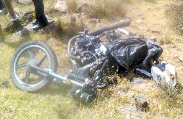 >> LA MOTOCICLETA quedó a varios metros del lugar donde fue hallado el cuerpo del joven, quien presuntamente conducía bajo los influjos del alcohol. Foto: El Sol de Hidalgo.