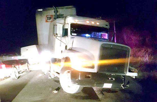 EL TRACTOCAMIÓN obstaculizó el tránsito sobre la carretera Tepeapulco-Epazoyucan por varios minutos hasta que arribaron al lugar agentes de la Policía Estatal. Foto: El Sol de Hidalgo.