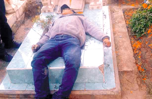 ¡Murió en la tumba!