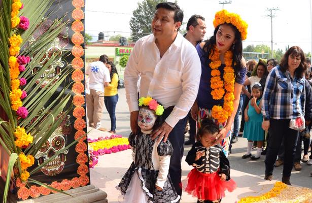 >> ALCALDE Héctor Cruz acompañado de esposa y sus pequeñas hijas frente altar. Foto: El Sol de Hidalgo.