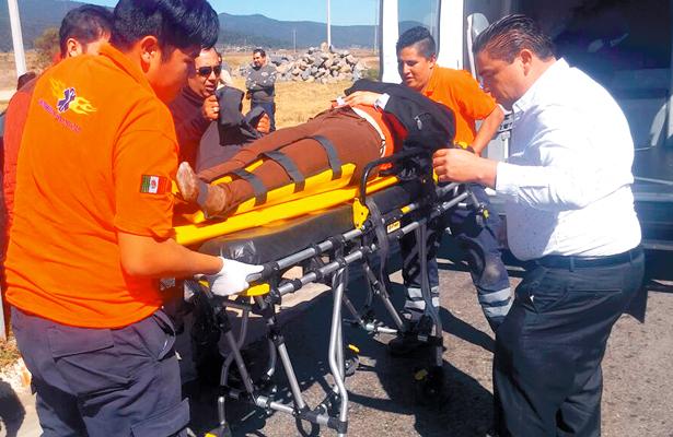 UNA DE LAS víctimas en el momento de ser atendida por paramédicos. Foto: El Sol de Hidalgo.