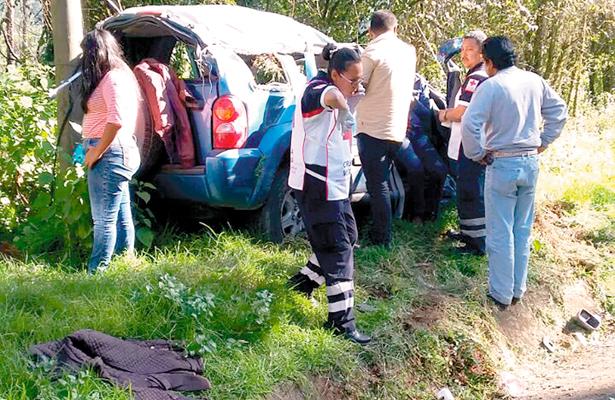 Familia lesionada en vuelco de camioneta