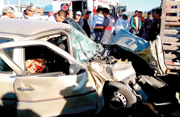 ¡Impacto mortal!: Auto colisiona con caja de tráiler