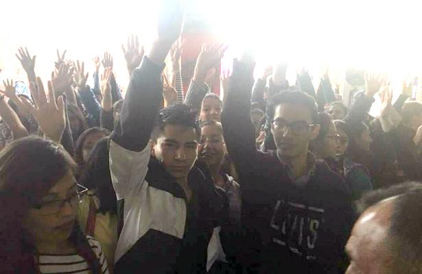 Protestan alumnos de UAEH en alcaldía