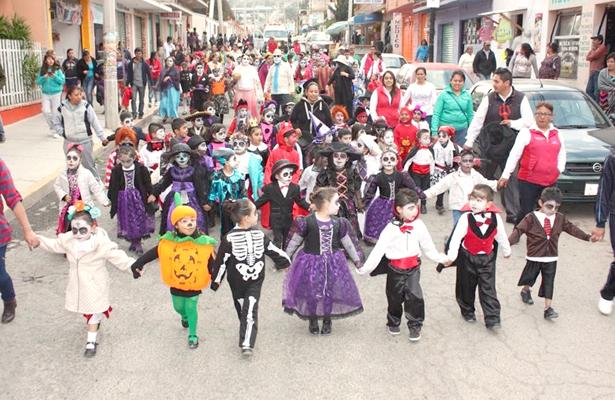 Participan pequeños en desfile de Día de Muertos en Almoloya