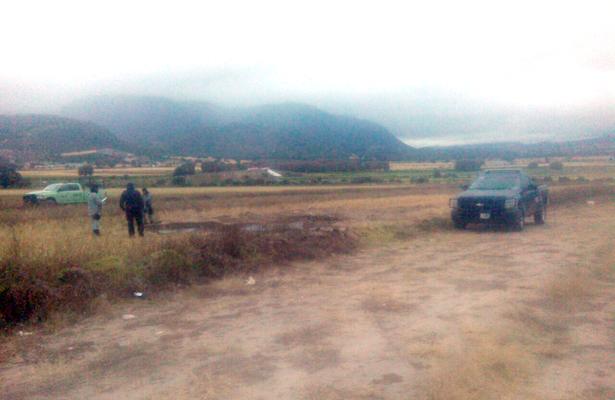 >> AL FONDO SE advierte la unidad de Seguridad Física de Pemex, que colocó una grapa al oleoducto y retiró los mecanismos para la extracción ilegal de combustible. Foto: El Sol de Hidalgo.