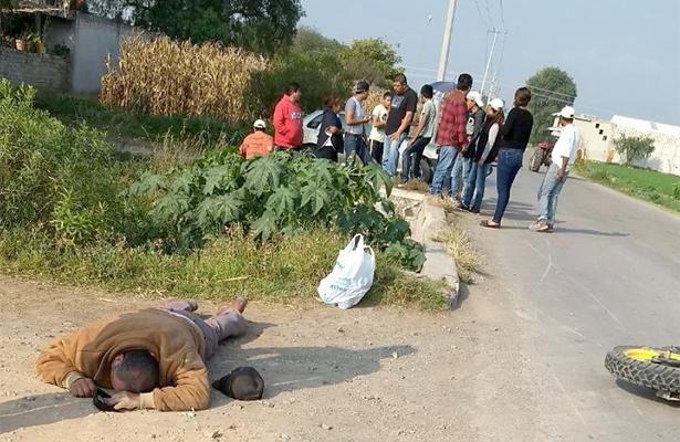 JÓVENES chocaron a toda velocidad en la motocicleta que tripulaban. Uno de ellos fue reportado con lesiones graves. Foto: El Sol de Hidalgo.