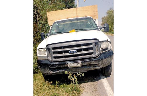 Tal vez proyectado por este camión, fue encontrado Mario Bautista. La pesada unidad la encontraron abandonada, a poca distancia del cadáver. Foto: El Sol de Hidago.