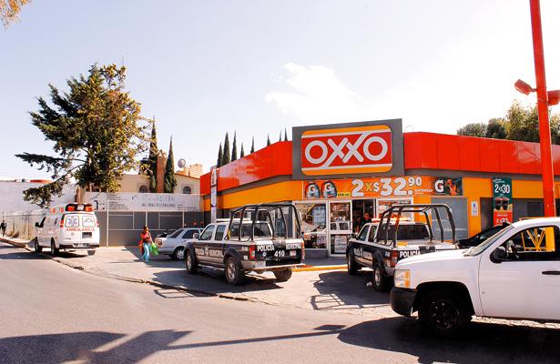Asaltaron Oxxo y se quedan a despachar