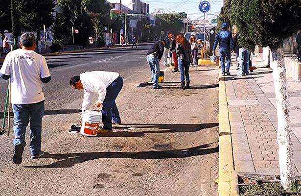Vecinos despintan cajones; Movipark vuelve a marcarlos