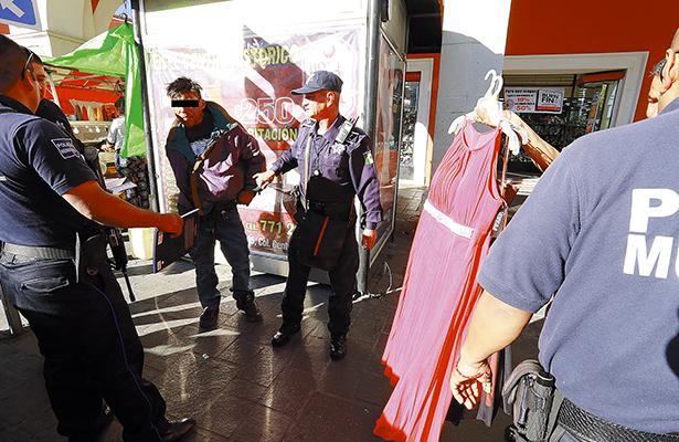 >> ANTE la Policía, el probable ladrón sacó de entre sus ropas todas las prendas que robó de una tienda en la calle Vicente Guerrero, en el centro de Pachuca.  Foto: El Sol de Hidalgo.