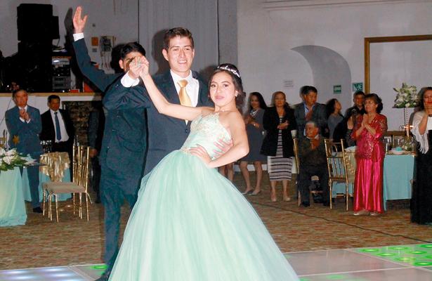 KEILA Vázquez Guerrero bailó su primer vals. Foto: El Sol de Hidalgo.