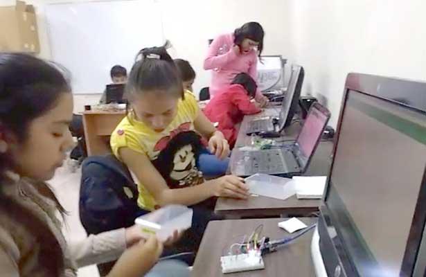 Niños entusiasmados por aprender robótica