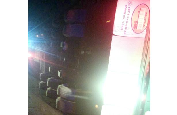LA PESADA unidad quedó recostada sobre el lado del copiloto. Foto: El Sol de Hidalgo.