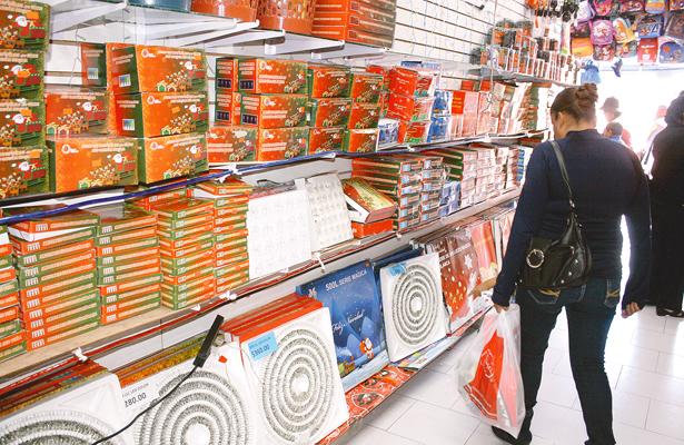 Comerciantes ya exhiben artículos navideños