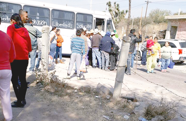 Bloquean carretera estatal; demandan liberar detenidos