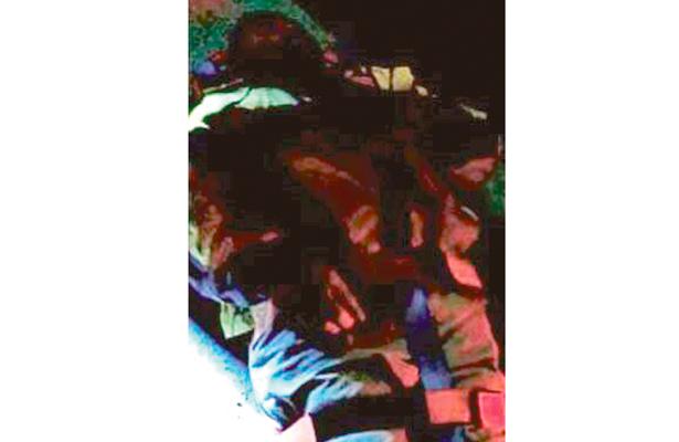 Taxi rosa colisionó con motocicleta; 3 heridos