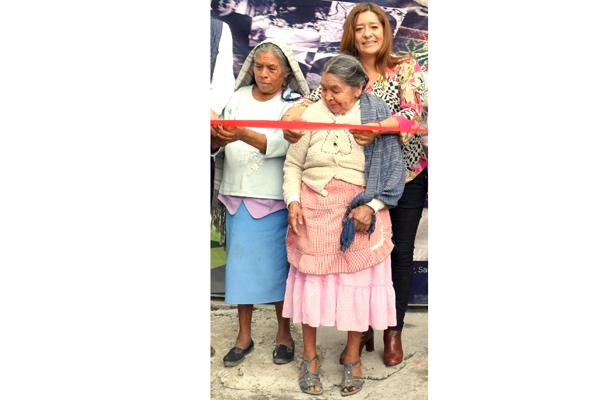 Mujeres indígenas trabajan el ixtle