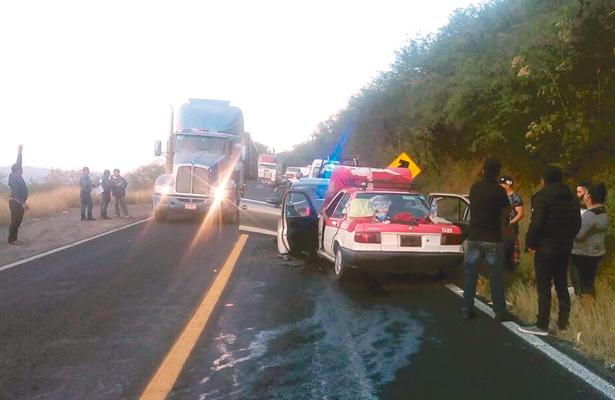 Fallido rebase ocasionó grave choque de frente entre un vehículo particular y uno del servicio público, ayer, sábado, en la carretera México-Tampico. Foto: El Sol de Hidalgo.