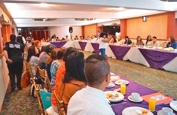 Mujeres de instituciones asistieron a conversatorio