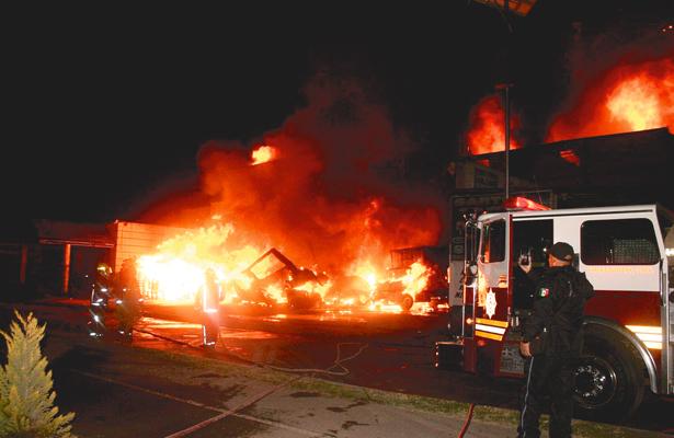 AYER, de madrugada, en la Central de Abasto de Tulancingo, voraz incendio arrasó con la bodega y abarrotera Fromar, así como con varios vehículos.