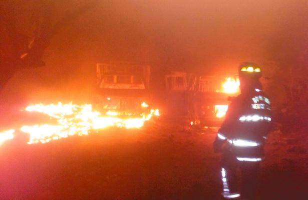 Acaban incendiadas unidades con huachicol
