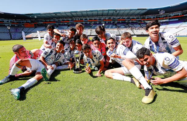 Tucitos Sub-15 levantan el trofeo
