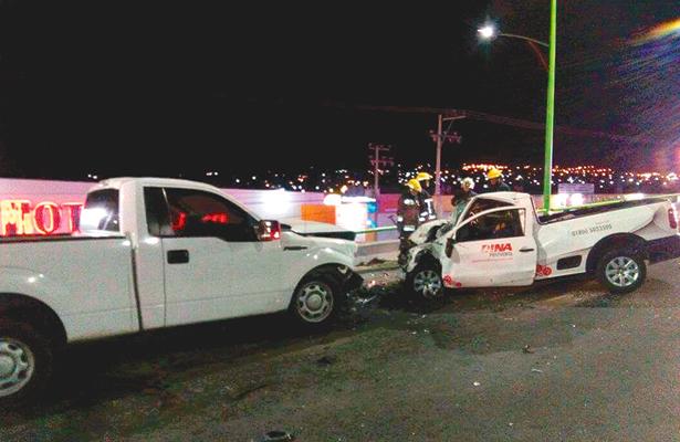 Chocan de frente pick ups; muere un conductor