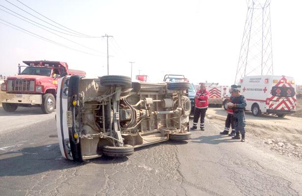 Chocan camionetas y una volcó; 4 heridos