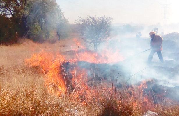 Bomberos combaten dos incendios
