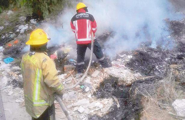 Bomberos conjuran el fuego de basura en Tula